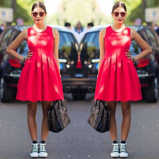 visual ousado de all star com vestido vermelho