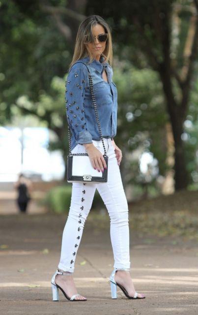 calça branca com sandalia salto bloco