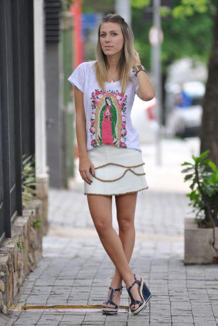 vestido curto estampado com sandalia salto bloco