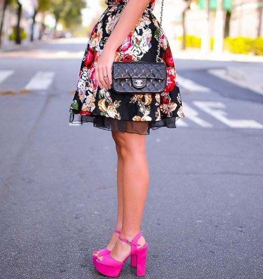 vestido curto com sandalia salto bloco