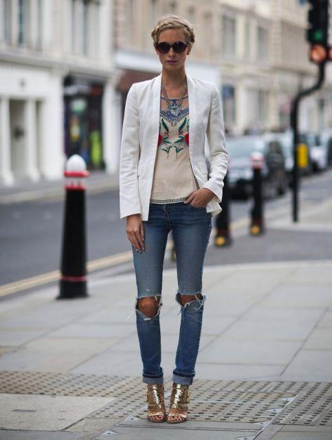 calça jeans rasgada com sandalia salto bloco