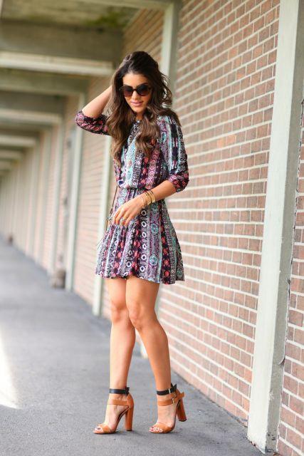 vestido-colorido-com-sandalia-salto-bloco