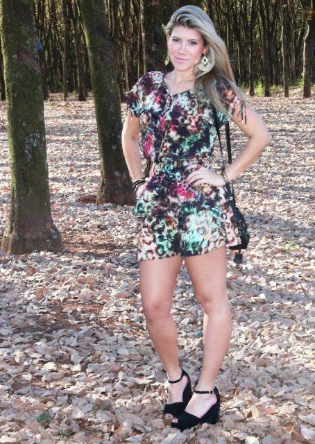 vestido floral com sandalia salto bloco