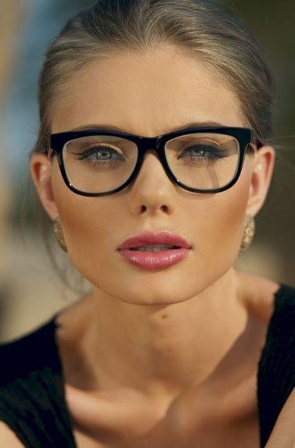 exemplo óculos de grau em rosto redondo loira