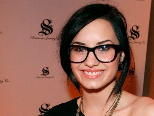 exemplo óculos de grau em rosto redondo demi lovato