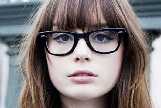 exemplo óculos de grau em rosto redondo franja