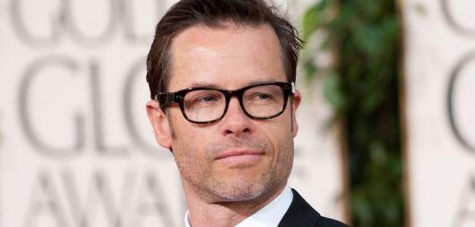 exemplo de óculos de grau para rosto redondo em homens guy pearce