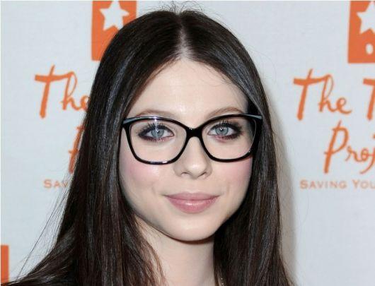 exemplo de sobrancelhas delineando armação de óculos