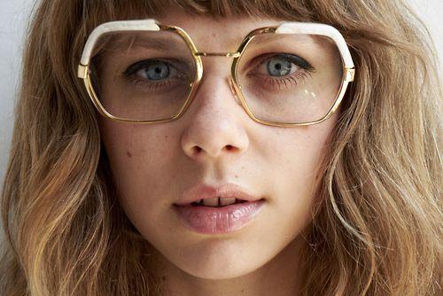 óculos geek com aro dourado