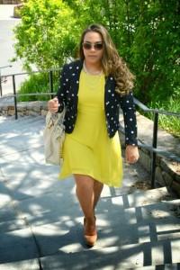 blazer preto de bolinhas com vestido amarelo