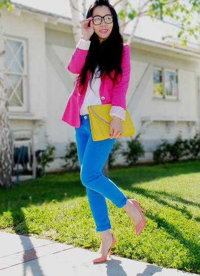 color block rosa e azul com bolsa amarela e camiseta branca