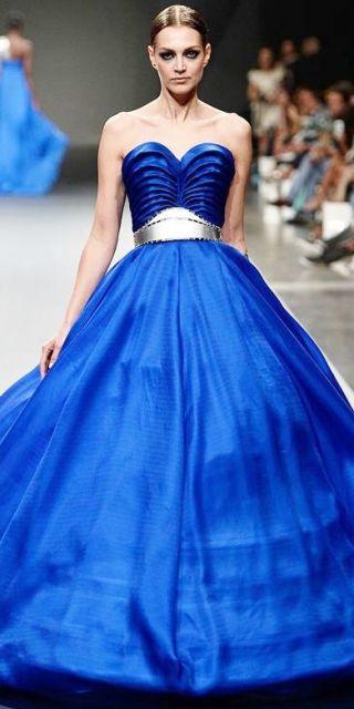 Vestido de formatura azul com detalhe prata