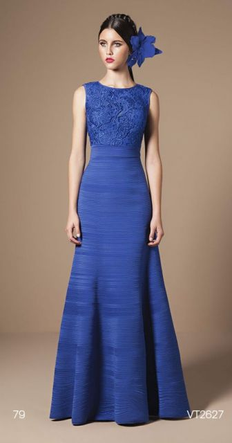 Vestido de formatura azul e flores na cabeça