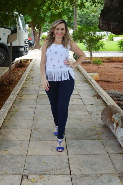 blusa de franja com calça jeans azul