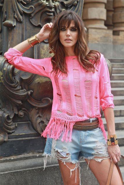 blusa de franja rosa com jeans