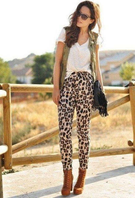blusa branca com calça animal print onça