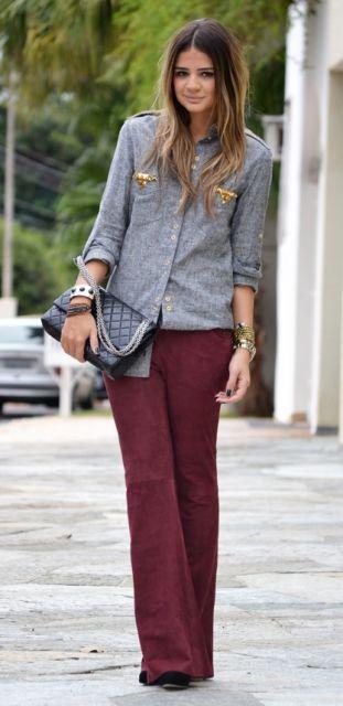 jeans e blusa de manga colorida no trabalho