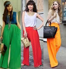 Mulheres com calças pantalonas coloridas