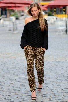 blusa decote lateral com calça de onça