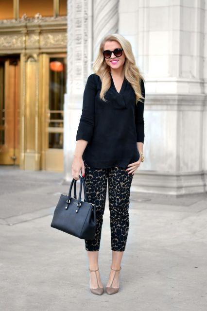 calça de onça com scarpin e blusa preta