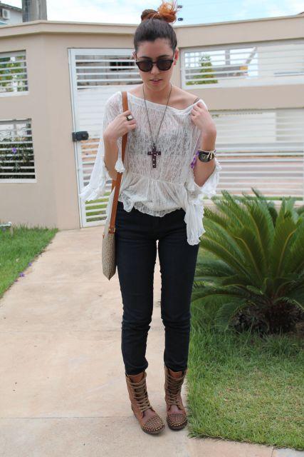 blusa de renda com jeans e coturno marrom