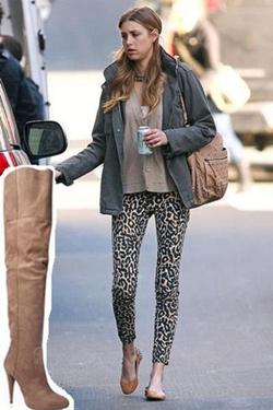 calça de onça legging com sapatilha marrom