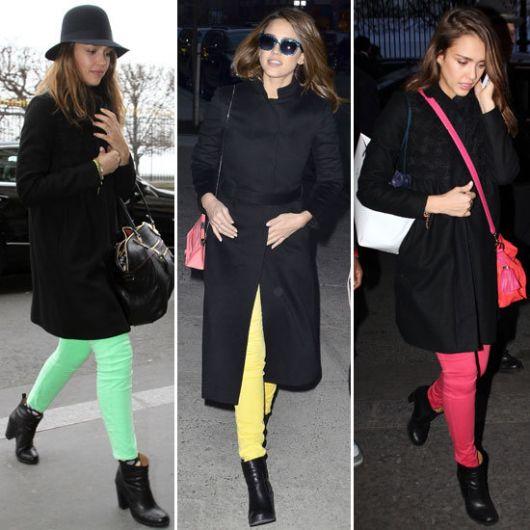 calças coloridas com casaco preto