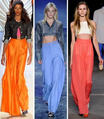 Moças com pantalonas de cor laranja azul e damasco