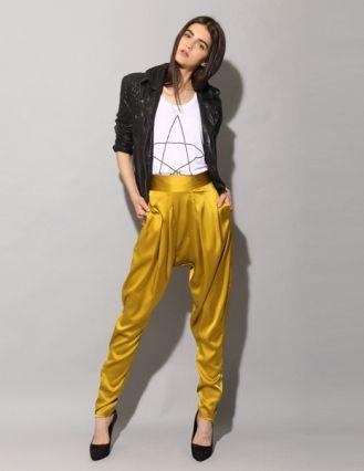 f0699979b Uma proposta mais ousada é a calça saruel amarela. Aqui a peça é o destaque  do visual