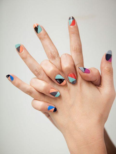unhas com esmalte de cores color block