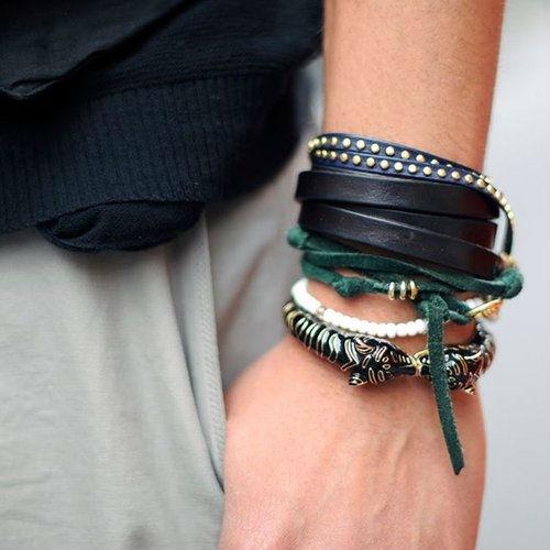 combinar muitas pulseiras masculinas