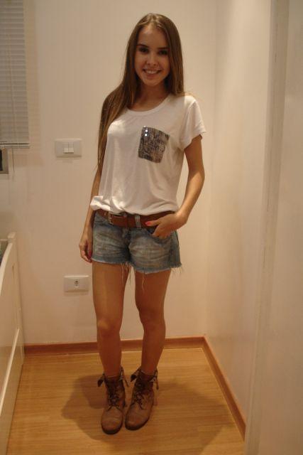 look basico com coturno e short jeans