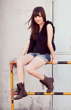 jeans com coturno marrom e blusa preta
