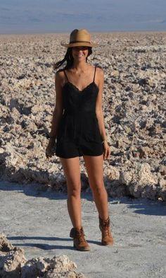 vestido curto com coturno para look dia