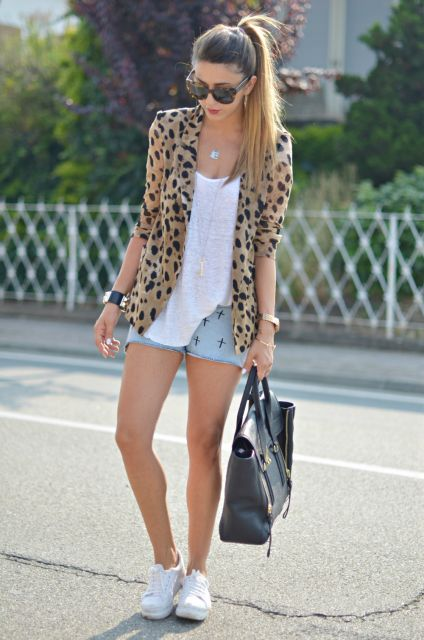 look casual com tênis e short jeans