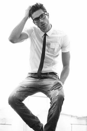 gravata slim com jeans e camisa
