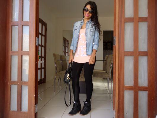 tenis preto com calça legging e jeans