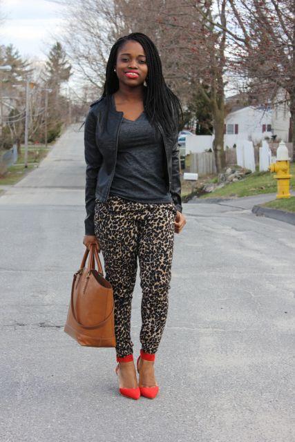 calça de onça com sapato vermelho