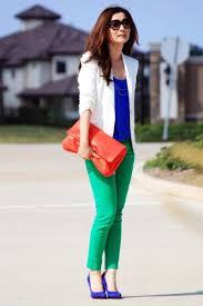 color block azul e verde com jaqueta branca