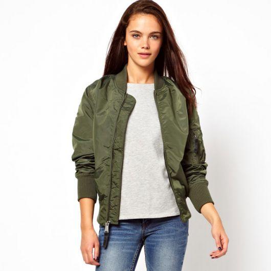 camiseta e jeans com jaqueta bomber