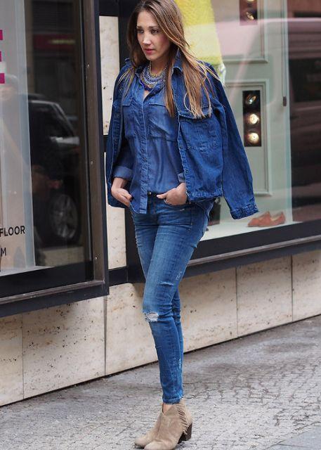 blusa casaco e calça jeans azul no mesmo look