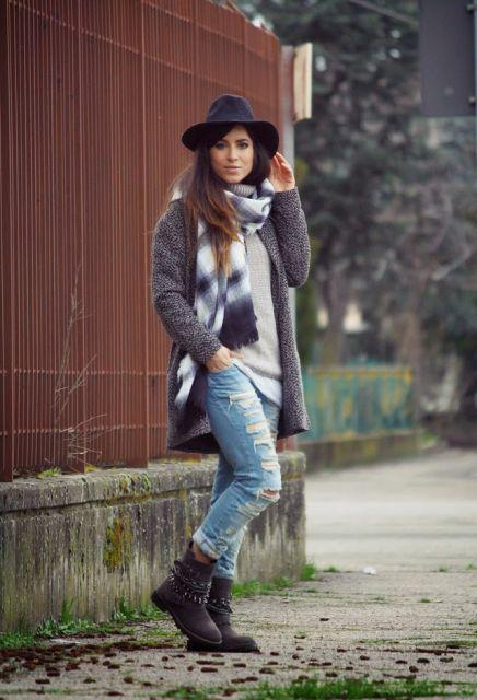 look inverno com jeans rasgado e bota