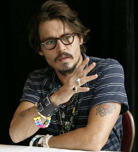 johnny depp usando pulseiras