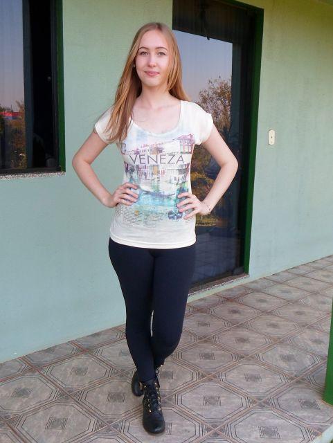 vestir legging com coturno e camiseta curta