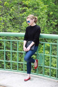 legging azul com sapatilha vermelha