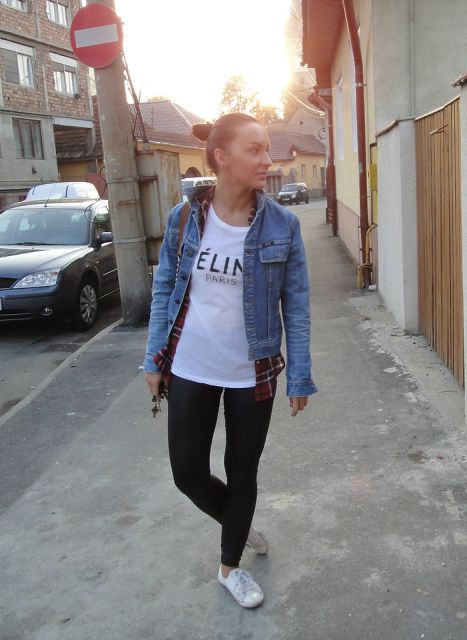 legging com tenis e casaco jeans