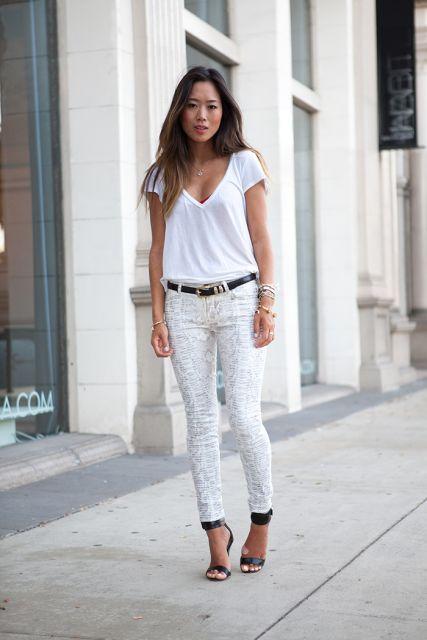 calça jeans branca com sandalia preta