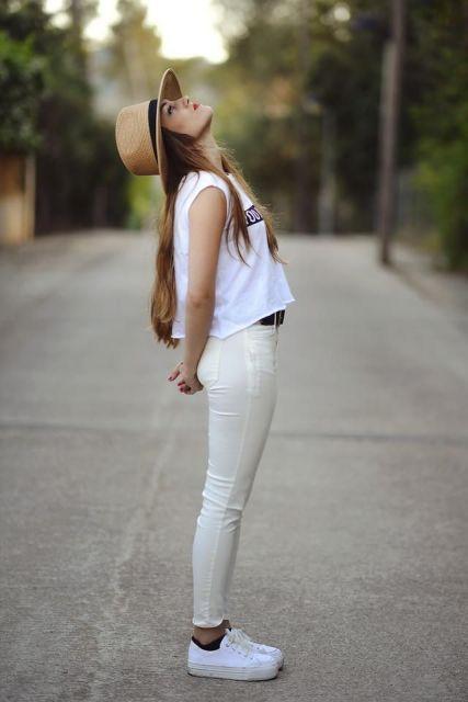 look branco com calça e tenis