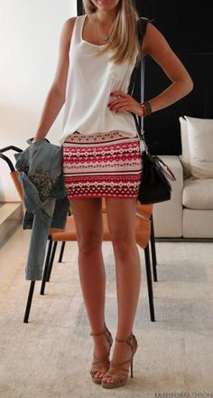 mini saia com blusa branca em look casual