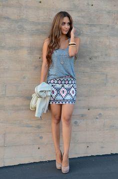 mini saia grafista com blusa azul em look casual
